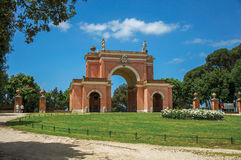 Άποψη της ασυνήθιστης πρόσοψης του θεάτρου στο πάρκο Pamphili βιλών μια ηλιόλουστη ημέρα στη Ρώμη στοκ φωτογραφία με δικαίωμα ελεύθερης χρήσης