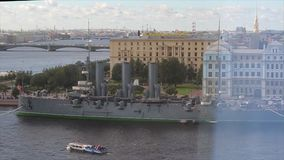 Άποψη της αυγής ποταμών και ταχύπλοων σκαφών Neva Ρωσικές παραμονές αυγής ταχύπλοων σκαφών σε Neva σε Άγιο Πετρούπολη Ταχύπλοο σκ φιλμ μικρού μήκους