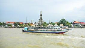 Άποψη της βάρκας στον ποταμό Chao Praya σε Wat Arun, ο ναός της Dawn, Μπανγκόκ, Ταϊλάνδη στοκ εικόνες