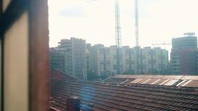 Άποψη της Βαρκελώνης μέσω του παλαιού σκουριασμένου παραθύρου ενός εγκαταλειμμένου βιομηχανικού κτηρίου απόθεμα βίντεο