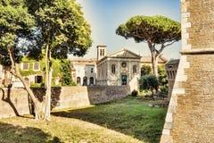 Άποψη της βασιλικής Sant ` Aurea από το Giulio ΙΙ Castle - Ostia Antica - Ρώμη Στοκ Φωτογραφίες