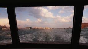 Άποψη της Βενετίας από την πρύμνη του σκάφους Στο ηλιοβασίλεμα, τα πανιά σκαφών μακρυά από την πόλη απόθεμα βίντεο