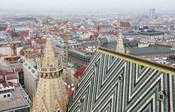Άποψη της Βιέννης πέρα από τη στέγη καθεδρικών ναών Αγίου Stephen Στοκ Εικόνα