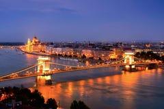 Άποψη της γέφυρας αλυσίδων και του Κοινοβουλίου στη Βουδαπέστη στο σούρουπο, Ουγγαρία Στοκ Εικόνες