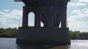 Άποψη της γέφυρας από κάτω από τον ποταμό απόθεμα βίντεο