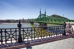 Άποψη της γέφυρας ελευθερίας πέρα από Δούναβη, Βουδαπέστη Στοκ Εικόνες