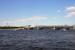 Άποψη της γέφυρας και του ποταμού Neva τριάδας Πετρούπολη Άγιος Στοκ Εικόνες