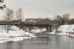 Άποψη της γέφυρας σιδηροδρόμων και των κινούμενων τραίνων στοκ εικόνες