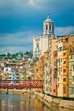 Άποψη της γέφυρας του Άιφελ πέρα από τον ποταμό Onyar, τον καθεδρικό ναό και τα κτήρια Girona της πόλης Στοκ φωτογραφία με δικαίωμα ελεύθερης χρήσης