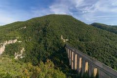 Άποψη της γέφυρας του μεσαιωνικού aqueduc Ponte delle Torri πύργων στοκ φωτογραφία με δικαίωμα ελεύθερης χρήσης