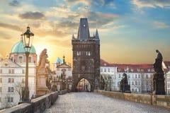 Άποψη της γέφυρας του Charles στην Πράγα κατά τη διάρκεια του ηλιοβασιλέματος, Δημοκρατία της Τσεχίας Το παγκοσμίως διάσημο ορόση στοκ εικόνα με δικαίωμα ελεύθερης χρήσης