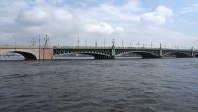 Άποψη της γέφυρας τριάδας από το στενό Kronversky του ποταμού Neva απόθεμα βίντεο