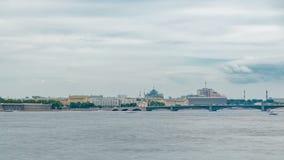 Άποψη της γέφυρας τριάδας στη Αγία Πετρούπολη πέρα από τον ποταμό Neva timelapse απόθεμα βίντεο