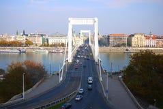 Άποψη της γέφυρας Erzsebet γεφυρών στη Βουδαπέστη Στοκ Εικόνα