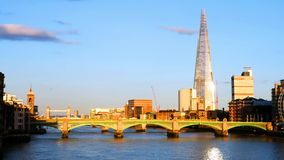 Άποψη της γέφυρας Southwark το βράδυ με άλλα ορόσημα στο Λονδίνο, Αγγλία, UK φιλμ μικρού μήκους