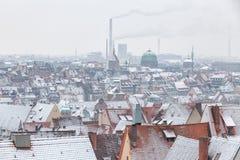 Άποψη της γερμανικής πόλης Νυρεμβέργη επάνω από τις στέγες με το χιόνι δ στοκ φωτογραφία