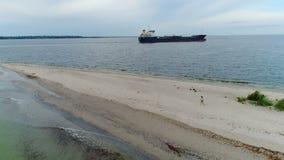 Άποψη της γυναίκας strolling στην παραλία φιλμ μικρού μήκους