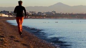 Άποψη της δημόσιας παραλίας και της ήρεμης θάλασσας στην ανατολή σε Antalya, Τουρκία φιλμ μικρού μήκους