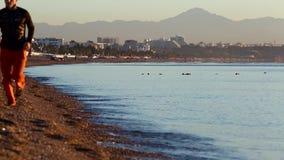 Άποψη της δημόσιας παραλίας και της ήρεμης θάλασσας στην ανατολή σε Antalya, Τουρκία απόθεμα βίντεο