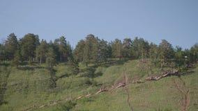 Άποψη της διάβασης στα βουνά με τους ανθρώπους σε το που πηγαίνει κάτω απόθεμα βίντεο