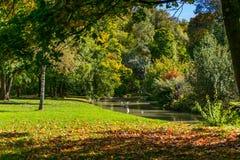 Άποψη της διακλάδωσης του Isar ποταμού στον αγγλικό κήπο στο Μόναχο, Γερμανία στοκ εικόνα με δικαίωμα ελεύθερης χρήσης