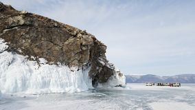 Άποψη της δύσκολης ακτής του νησιού Olkhon το χειμώνα Φραγμοί του πάγου, του χιονιού και της εξόρμησης στην απόσταση στοκ φωτογραφία με δικαίωμα ελεύθερης χρήσης