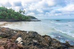Άποψη της δύσκολης παραλίας Havaizinho αργά το απόγευμα στοκ εικόνες