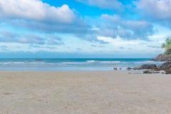 Άποψη της δύσκολης παραλίας Havaizinho αργά το απόγευμα στοκ εικόνα