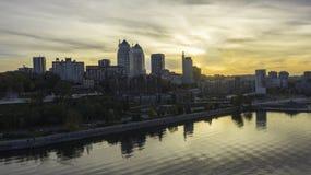 Άποψη της εικονικής παράστασης πόλης Dnipro στον ποταμό Dnieper ενάντια στο ηλιοβασίλεμα φθινοπώρου στοκ εικόνες