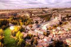 Άποψη της εκκλησίας της Βέρα Cruz από Segovia με το χωριό Zamarramala στην απόσταση Ισπανία στοκ φωτογραφία