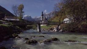 Άποψη της εκκλησίας σε Ramsau, Berchtesgaden, Γερμανία Άθικτο σχήμα ΚΟΥΤΣΟΥΡΩΝ φιλμ μικρού μήκους