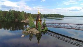 Άποψη της εκκλησίας του αποστόλου Andrew στον ποταμό Vuoksa Περιοχή του Λένινγκραντ, της Ρωσίας φιλμ μικρού μήκους