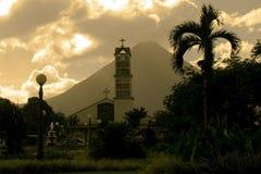 Εκκλησία Λα Fortuna και Arenal ηφαίστειο Στοκ Εικόνες