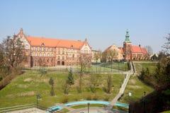 Άποψη της εκκλησίας του Ιαν. αριθ. του ST τις Chrzcicela και γυμνάσιο 1 σε Gniezno Στοκ φωτογραφία με δικαίωμα ελεύθερης χρήσης