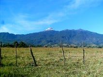 Άποψη της επαρχίας προς το Nevado de Colima ηφαίστειο Στοκ Φωτογραφία