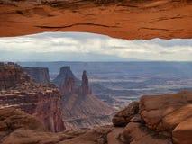 Άποψη της ερήμου μέσω της αψίδας Στοκ Εικόνα