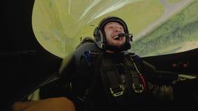 Άποψη της ευτυχούς εντυπωσιασμένης συνεδρίασης ατόμων στο αεροπλάνο αεριωθούμενων αεροπλάνων με τα πειραματικά, ακραία τεχνάσματα απόθεμα βίντεο