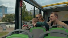 Άποψη της ευτυχούς νέας οικογένειας που έχει το ταξίδι στη seesighting εξόρμηση λεωφορείων πόλεων στη Φρανκφούρτη Αμ Μάιν, Γερμαν φιλμ μικρού μήκους