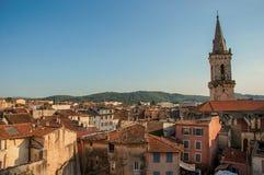 Άποψη της ζωηρής και ευχάριστης πόλης Draguignan από το λόφο του πύργου ρολογιών στοκ φωτογραφίες με δικαίωμα ελεύθερης χρήσης