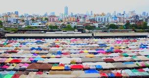 Άποψη της ζωηρόχρωμης περιοχής πόλεων στη ΜΠΑΝΓΚΟΚ ελεύθερη απεικόνιση δικαιώματος