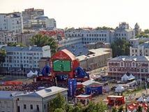 Άποψη της ζώνης διασκέδασης στην πλατεία Kuibyshev κοντά στον ποταμό Βόλγας Διασκέδαση της FIFA στοκ εικόνες