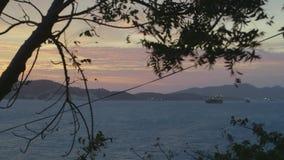 Άποψη της θάλασσας από την τράπεζα με τα σκάφη απόθεμα βίντεο