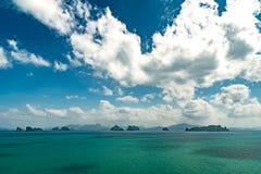 Άποψη της θάλασσας και των νησιών της επαρχίας Krabi στοκ εικόνες