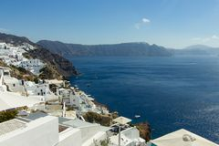 Άποψη της θάλασσας με το νησί Santorini στοκ εικόνες