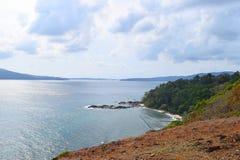Άποψη της θάλασσας, των απόμακρων νησιών, και του νεφελώδους ουρανού από την κορυφή του Hill - Chidiya Tapu, λιμένας Blair, νησιά στοκ εικόνα με δικαίωμα ελεύθερης χρήσης