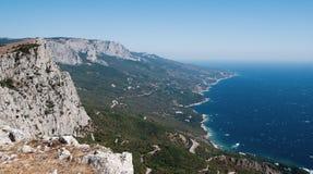 Άποψη της θάλασσας από έναν απότομο βράχο στοκ φωτογραφίες με δικαίωμα ελεύθερης χρήσης