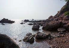 Άποψη της θάλασσας από τη δύσκολη ακτή με τους βράχους Στοκ Εικόνα