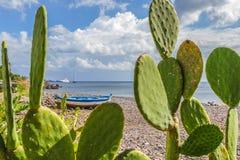 Άποψη της θάλασσας στην αλυκή, Σικελία στοκ εικόνες