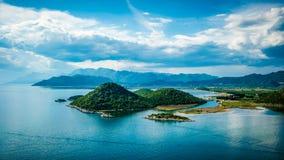 Άποψη της θάλασσας, των νησιών και των σύννεφων στη νότια Κροατία Στοκ Φωτογραφία