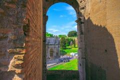Άποψη της θριαμβευτικής αψίδας του Constantine μέσω της αψίδας του Colosseum Στοκ Φωτογραφία